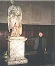 トリニティ・カレッジのニュートン像の前で