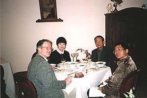 イドリア地方のレストランにて,名物イドリアギョウザを楽しむ